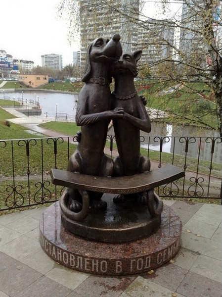 Статуя кошки и собаки.